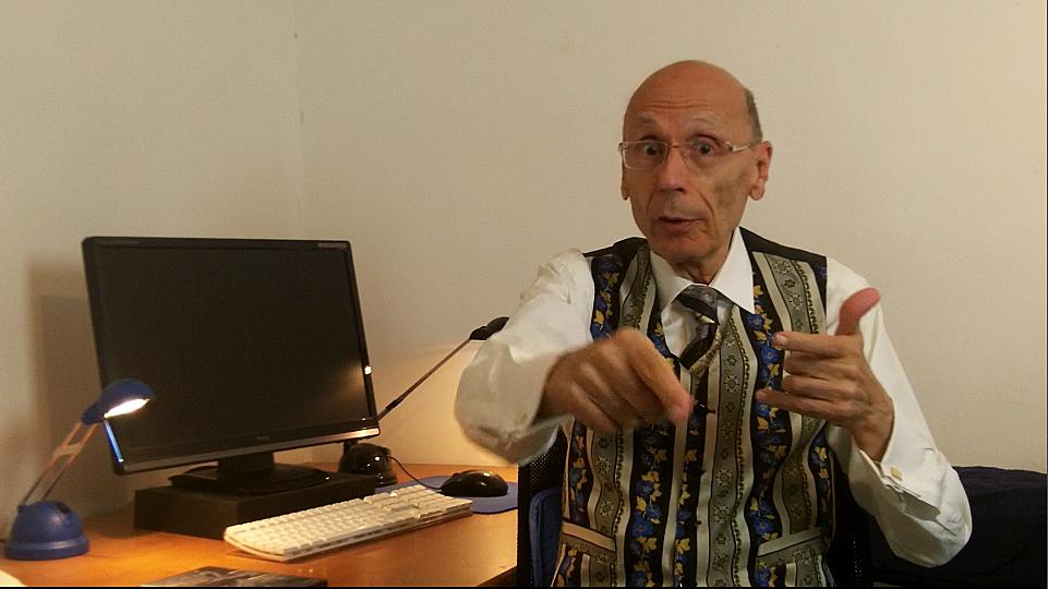 Claude-Gérard Sarrazin à son bureau